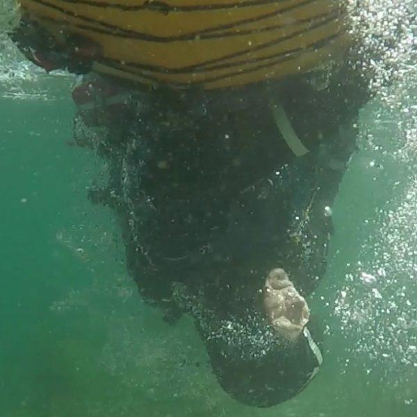 Kajakrul med hovedet under vand på Bornholm